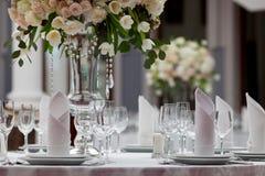 Lijst die bij een ontvangst van het luxehuwelijk plaatst Royalty-vrije Stock Foto's