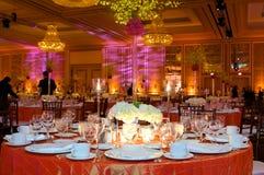Lijst die bij een ontvangst van het luxehuwelijk plaatst Royalty-vrije Stock Foto