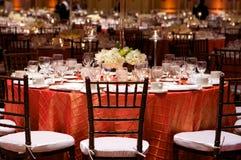 Lijst die bij een ontvangst van het luxehuwelijk plaatst Royalty-vrije Stock Fotografie