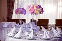 Lijst die bij een ontvangst van het luxehuwelijk plaatst Stock Foto's