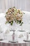 Lijst die bij een ontvangst van het luxehuwelijk plaatst Mooie bloemen op de lijst Royalty-vrije Stock Afbeelding