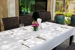 Lijst die bij het openluchtrestaurant wordt geplaatst Royalty-vrije Stock Foto's