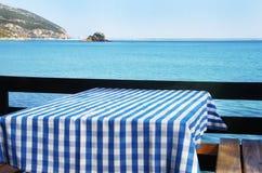 Lijst die bij strandrestaurant plaatst Stock Afbeeldingen
