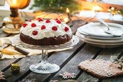 Lijst die met chocoladecake plaatsen Stock Afbeelding