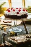 Lijst die met chocoladecake plaatsen Royalty-vrije Stock Foto