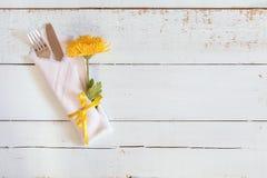 Lijst die met chrysant en bestek plaatsen Stock Foto