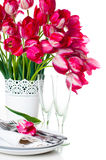 Lijst die met roze tulpen en uitstekende wijnglazen plaatsen Stock Afbeeldingen