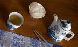 Lijst die voor een Chinese maaltijd wordt geplaatst Royalty-vrije Stock Foto's
