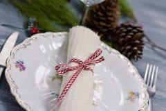Lijst die voor het diner van Kerstmis wordt geplaatst stock afbeelding