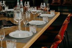 Lijst die voor het dineren bij een hoog eindhuwelijk plaatsen Royalty-vrije Stock Foto