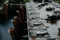 Lijst die voor het dineren bij een hoog eindhuwelijk plaatsen Stock Foto