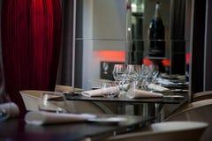 Lijst die voor het dineren in restaurant wordt geplaatst Stock Fotografie