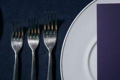 Lijst die voor het mooie plaatsende de lijst van de dinerlijst plaatsen plaatsen Stock Foto