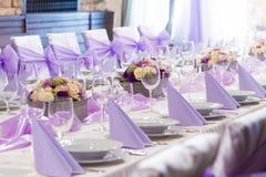 Lijst die voor huwelijk of een ander gericht gebeurtenisdiner wordt geplaatst Royalty-vrije Stock Afbeeldingen