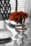 Lijst die voor twee met bloemen plaatst Stock Afbeeldingen