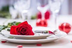 Lijst die voor valentijnskaarten of huwelijksdag plaatsen met rode rozen Romantische lijst die voor twee met de koppen en het bes royalty-vrije stock afbeelding
