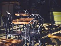 Lijst en de Koffierestaurantdaglicht van Stoelenzetels openlucht Royalty-vrije Stock Foto's