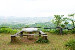 Lijst en houten stoelen Stock Fotografie