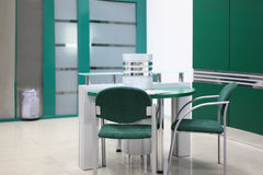 Lijst en sommige stoelen in leeg bureau Royalty-vrije Stock Foto's