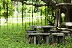 Lijst en stoel in comfortabel park Royalty-vrije Stock Afbeelding