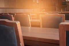 Lijst en stoel in de rechtszaal royalty-vrije stock afbeelding