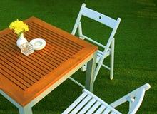 Lijst en stoel die in openluchtrestaurant plaatsen Stock Afbeeldingen