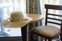 Lijst en stoel in hotelruimte Stock Afbeeldingen