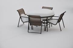 Lijst en stoelen in de sneeuw Royalty-vrije Stock Afbeeldingen