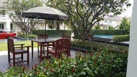 Lijst en stoelen in de tuin Royalty-vrije Stock Afbeelding