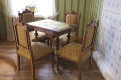 Lijst en stoelen in de vroege de 20ste eeuwstijl Royalty-vrije Stock Afbeelding