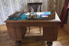 Lijst en stoelen in de vroege de 20ste eeuwstijl Royalty-vrije Stock Afbeeldingen