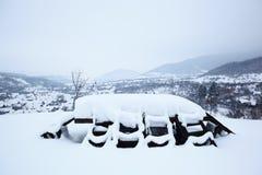 Lijst en stoelen die door sneeuw wordt behandeld Royalty-vrije Stock Afbeeldingen