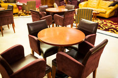Lijst en stoelen in een koffie Stock Foto