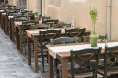 Lijst en stoelen in koffie royalty-vrije stock afbeeldingen