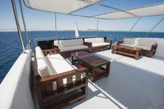 Lijst en stoelen op dek van een jacht van de luxemotor royalty-vrije stock fotografie