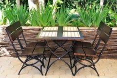 Lijst en stoelen op het de zomerterras. Stock Afbeeldingen