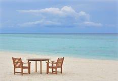 Lijst en stoelen op het strand stock foto's
