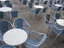 Lijst en stoelen op stoep Stock Fotografie