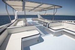Lijst en stoelen op sundeck van een jacht van de luxemotor royalty-vrije stock foto's