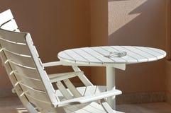 Lijst en stoelen op terras Stock Foto