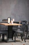 Lijst en stoelen, openluchtstaaf Royalty-vrije Stock Fotografie