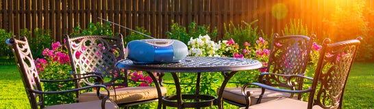 Lijst en stoelen in tuin van buitenhuis Stock Fotografie