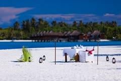 Lijst en stoelenopstelling voor lunch op het strand Royalty-vrije Stock Afbeelding
