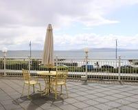 Lijst en twee stoelen op het terras stock afbeelding