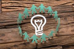 Lijst Groenboek de Bedrijfs van Team Surrounding Light Bulb On royalty-vrije stock afbeeldingen