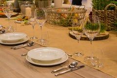 Lijst in het restaurant voor verscheidene personen met glazen en platen wordt gediend die Stock Foto's