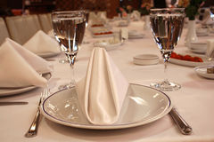 Lijst klaar voor diner bij restaurant Royalty-vrije Stock Afbeeldingen