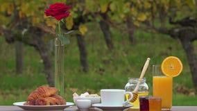 Lijst klaar voor ontbijt stock videobeelden