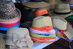 Lijst met assortiment van strohoeden wordt getoond met kleurrijk lint dat Stock Fotografie