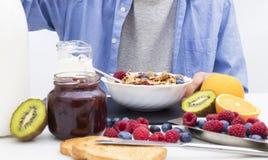 Lijst met een evenwichtig ontbijt stock fotografie